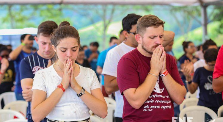 jovens orando